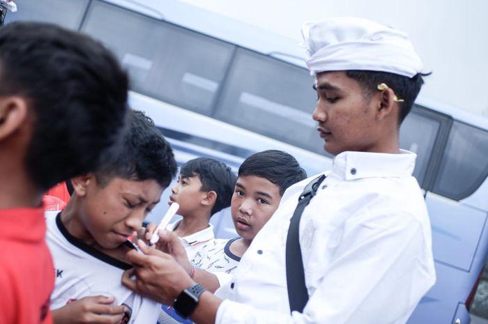 Gelandang muda Bali United, Kadek Agung Widyana, ketika mengikuti acara persembahyangan sakral di Pura Besakih dan Batur, Minggu (9/6/2019)