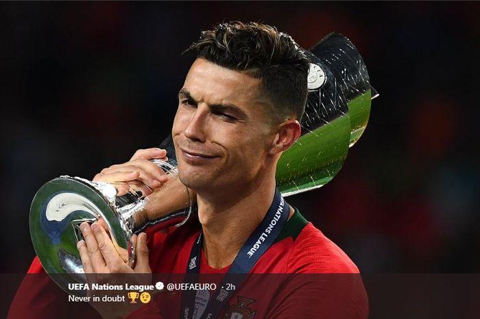 Cristiano Ronaldo dengan trofi juara UEFA Nations League bersama timnas Portugal.
