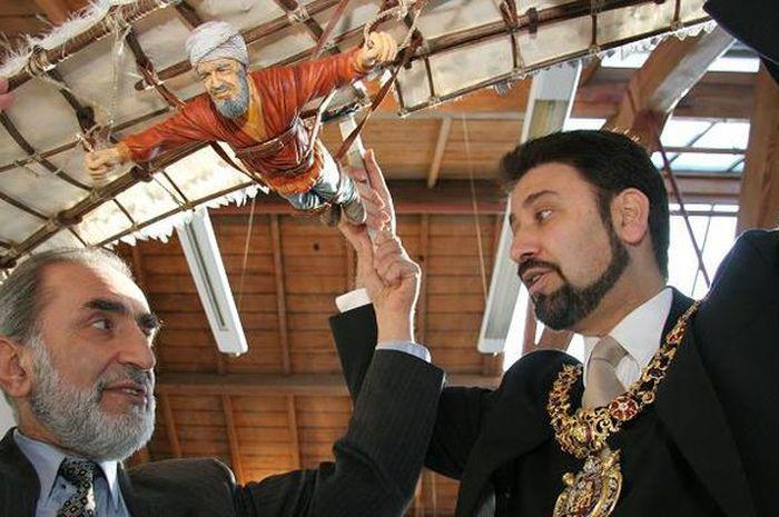 Profesor Al Hassani mengangkat replika mesin terbang karya Abbas Ibn Firnas.