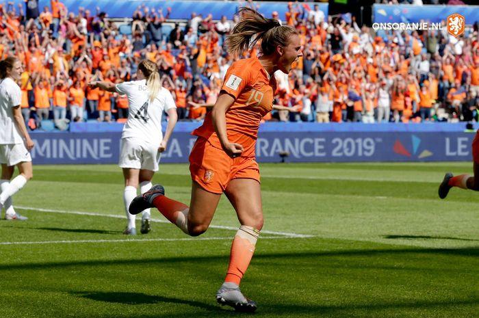 Penyerang timnas putri Belanda, Jill Roord, merayakan gol ke gawang Selandia Baru pada laga Piala Dunia Wanita 2019 di Le Havre, Selasa (11/6/2019).
