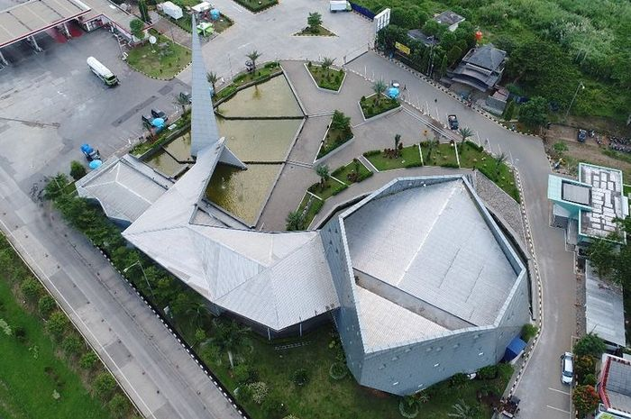 Tampak atas. Masjid Al Safar merupakan karya Ridwan Kamil bersama firma arsiteknya Urbane Indonesia. Masjid itu masuk ke nominasi Abdullatif Al Fozan Award.