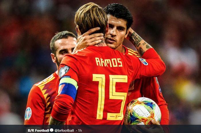 Kapten timnas Spanyol, Sergio Ramos, menyerahkan tendangan penalti kepada Alvaro Morata dalam laga Kualifikasi Piala Eropa 2020 versus Swedia, 10 Juni 2019.