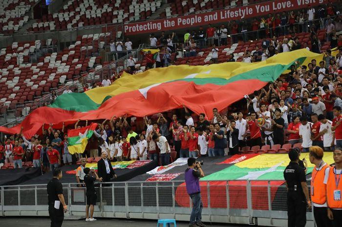 Aksi fan timnas Myanmar saat mendukung idola mereka yang dijamu timnas Singapura pada laga internasional di Stadion Nasional Singapura, 11 Juni 2019.