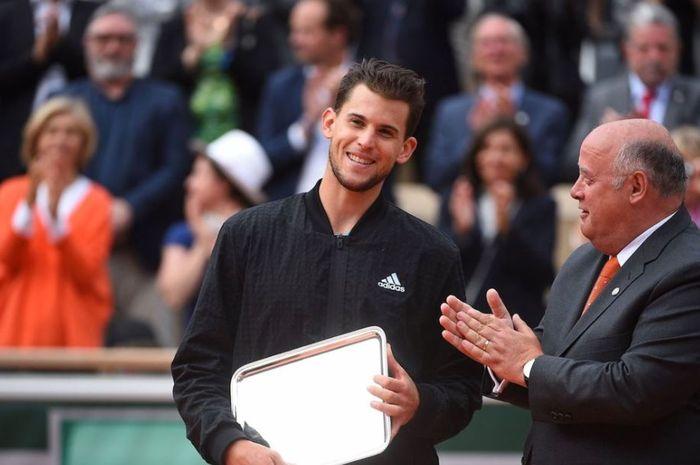 Petenis asal Austria, Dominic Thiem (kiri) usai kalah melawan Rafael Nadal di Final French Open 2019