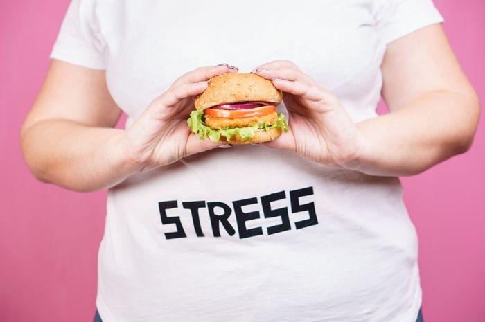Makan saat stress bisa menambah berat badan.