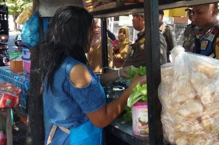 Warung rujak cingur Bu Mella di Surabaya yang jadi  viral karena harganya.