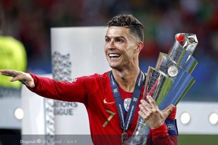 Cristiano Ronaldo memegangi trofi juara UEFA Nations League 2018-2019 milik timnas Portugal.