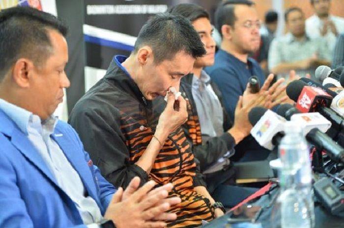 Pebulu tangkis Lee Chong Wei menangis saat mengumumkan gantung raket usai 19 tahun berkarier.