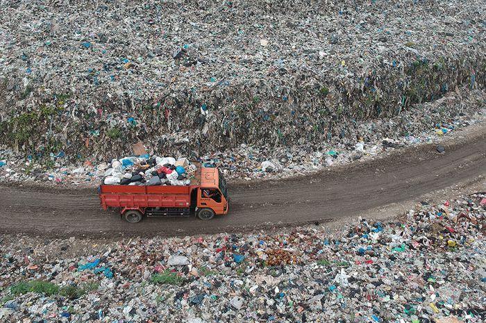 Sebuah truk melintas membawa sampah di Tempat Pembuangan Akhir (TPA) Aia Dingin, Padang, Sumatera Barat, Jumat (17/5/2019). Data Dinas Lingkungan Hidup Padang, volume sampah kota itu di bulan Ramadhan meningkat, yakni bertambah 15 ton per hari dari jumlah rata-rata 512 ton per hari, diperkirakan jum