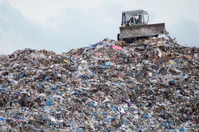 Alat berat meratakan gundukan sampah di Tempat Pembuangan Akhir (TPA) Kampung Jawa, Banda Aceh, Senin (10/6/2019). Dinas Lingkungan Hidup Keindahan dan Kebersihan Kota Banda Aceh menyatakan volume sampah selama bulan ramadhan hingga lebaran Idul Fitri di daerah itu meningkat sekitar 20 ton per hari