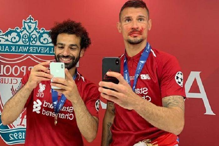 Mohamed Salah ketika berpose bersama Dejan Lovren usai Liverpool juara Liga Champions.