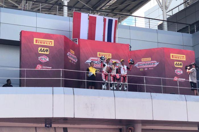 Pembalap binaan PT Astra Honda Motor (AHM) Afridza Munandar (tengah) meraih tempat pertama dan disusul Adenanta Putra (kiri) meraih tempat kedua pada balapan kedua di ajang Asia Talent Cup (ATC) 2019 seri ketiga di Sepang International Circuit, Malaysia (16/6/2019).