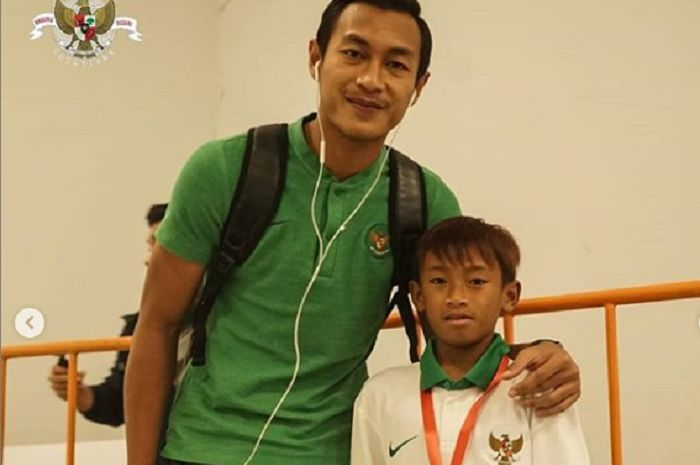 Pemain timnas Indonesia, Hansamu Yama Pranata dan Bayu, bocah penjual keripik asal Bandung yang bercita-cita sebagai pemain timnas.