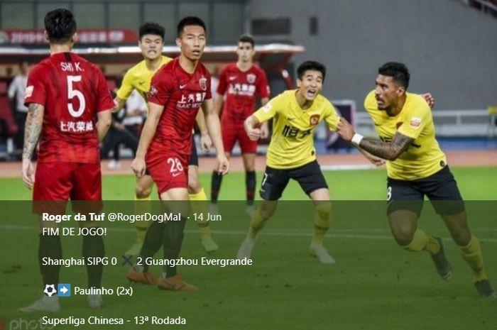 Paulinho (kanan) berlari melakukan selebrasi seusai mencetak gol untuk Guangzhou Evergrande ke gawang Shanghai SIPG pada lanjutan Liga Super China 2019 di Stadion Shanghai, 14 Juni 2019.