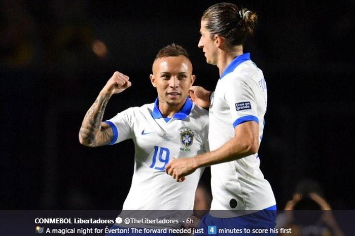 Penyerang Gremio, Everton, melakukan selebrasi bersama Filipe Luis setelah sukses mencetak gol ketiga untuk kemenangan Brasil 3-0 atas Bolivia pada laga pembuka Copa America 2019.