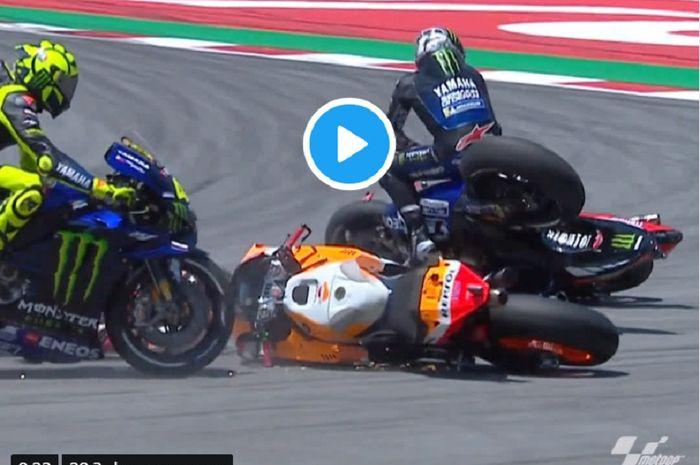 Motor Jorge Lorenzo (tengah) berada di tengah lintasan yang menyebabkan tiga pebalap lain ikut terjatuh dalam lomba MotoGP Catalunya 2019 , Minggu (16/6/2019).