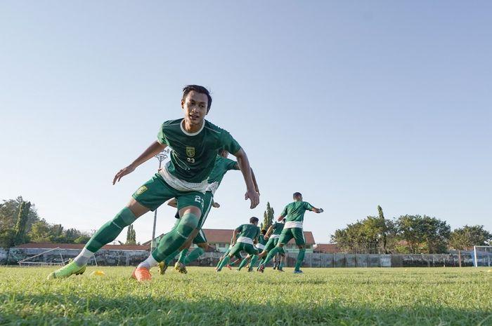 Hansamu Yama Pranata saat mengikuti latihan bersama Persebaya Surabaya dalam persiapan melawan Madura United di Stadion Jenggolo, pada 17 Juni 2019.