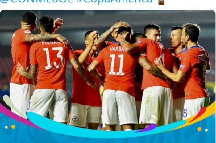 Para pemain timnas Cile merayakan gol yang dicetak oleh Eduardo Vargas (tengah) dalam laga Grup C Copa America melawan timnas Jepang di Stadion Cicero Pompeu de Toledo, Selasa (18/6/2019) pagi WIB.