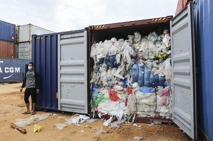 Penampakan kontainer berisi sampah yang dikirim dari luar negeri, di Pelabuhan Batu Ampar, Batam, Sabtu (15/6/2019). Indonesia dilaporkan sudah mengirim lima kontainer sampah ke negara asal, Amerika Serikat, yang menurut dokumen bea cukai, kontainer itu seharusnya hanya mengangkut skrap kertas namun