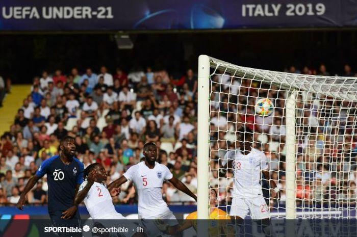 Para pemain timnas Inggris berduel dengan timnas Prancis dalam Piala Eropa U-21 2019 di Stadion Dino Manuzzi, Italia, 18 Juni 2019.