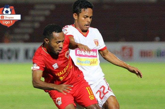 Pemain Perseru Badak Lampung FC, Abdul Rahman Lestaluhu, saat berebut bola dengan pemain Kalteng Putra, Ferinando Pahabol, pada pekan ketiga Liga 1 2019.