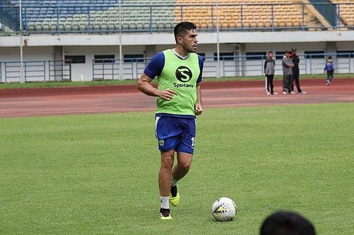 Pemain baru Persib Bandung, Fabiano Beltrame saat mengikuti sesi latihan di Stadion Gelora Bandung Lautan Api ( GBLA), Minggu (24/3/2019).