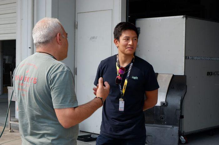 Pembalap asal Indonesia, Rio Haryanto, berbincang dengan seorang mekanik di garasi tim T2 Motorsports di ajang Blancpain GT World Challenge Asia 2019, Sirkuit Suzuka, Jepang, pada Rabu (19/6/2019).