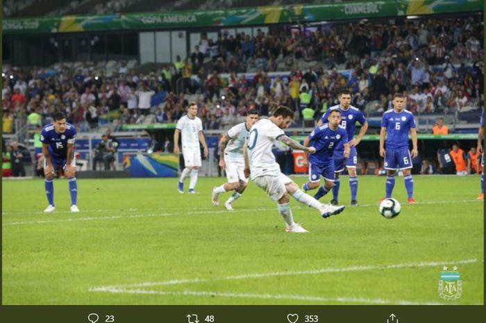 Lionel Messi, saat mencetak gol ke gawang Paraguay, Rabu (19/6/2019) waktu setempat