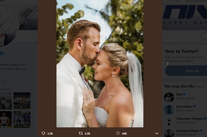 Harry Kane saat mencium kening sang istri, Kate Goodland di upacara pernikahan mereka.
