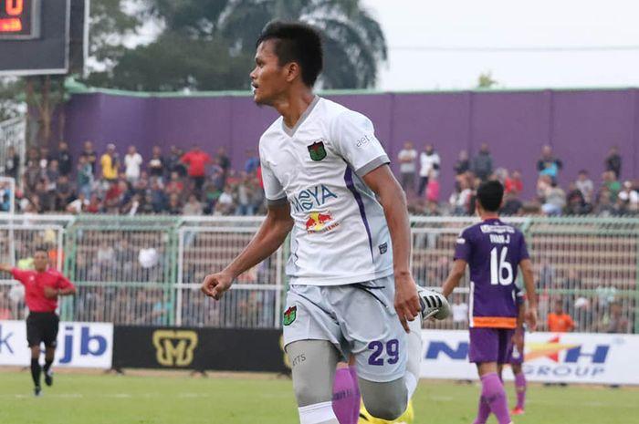 Pemain Persita, Sirvi Arvani merayakan gol yang dicetaknya ke gawang tuan rumah PSGC Ciamis pada pekan pertama Liga 2 2019 di Stadion Galuh, 23 Juni 2019.