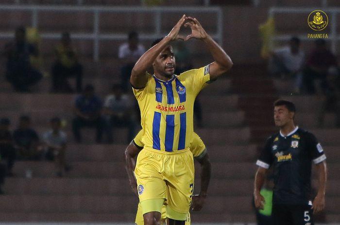 Selebrasi bek tengah Pahang FA, Herold Goulon seusai mencetak gol ke gawang Perak FA pada semifinal pertama Piala FA Malaysia 2019 di Stadion Darul Makmur, Kuantan, 22 Juni 2019.