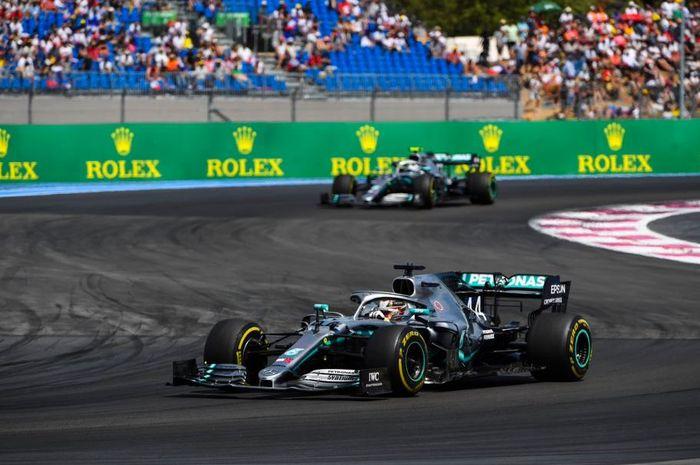 Momen saat pembalap dari tim Mercedes, Lewis Hamilton berada di depan rekan setimnya yakni Valtteri Bottas pada F1 Prancis 2019, Minggu (23/6/2019)