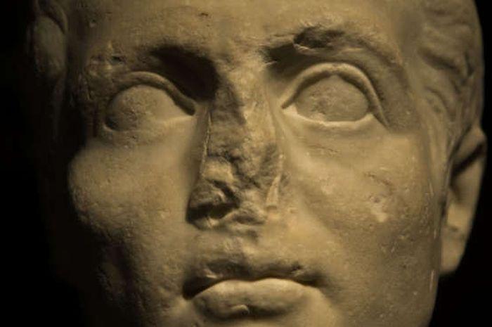 Salah satu patung kuno yang kehilangan hidungnya.