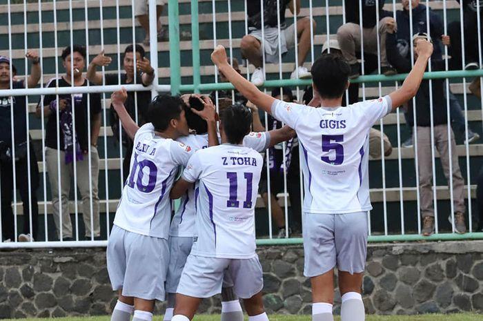 Suka cita pera pemain Persita seusai mencetak gol ke gawang tuan rumah PSGC Ciamis pada pekan pertama Wilayah Barat Liga 2 2019 di Stadion Galuh, 23 Juni 2019.