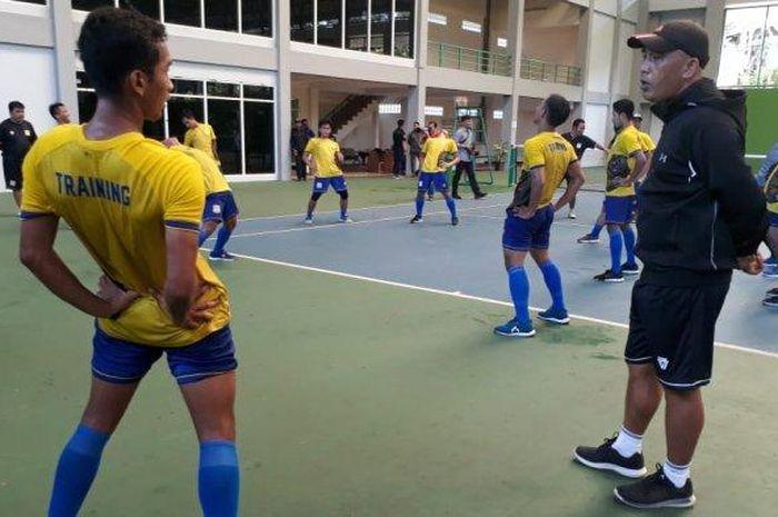 Skuat Persiba Balikpapan saat menggelar latihan perdana di tennis Indoor Balikpapan, Senin (10/6/2019) pagi