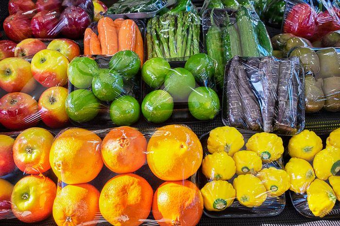 Supermarket kerap menggunakan banyak plastik untuk membungkus makanan.