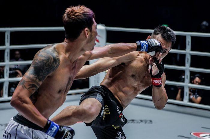 Atlet ONE Championship asal Indonesia, Victorio Senduk (kanan), melawan petarung dari Myanmar, Phoe Thaw, dalam ajang ONE: Legendary Quest di Shanghai, China pada 15 Juni 2019.