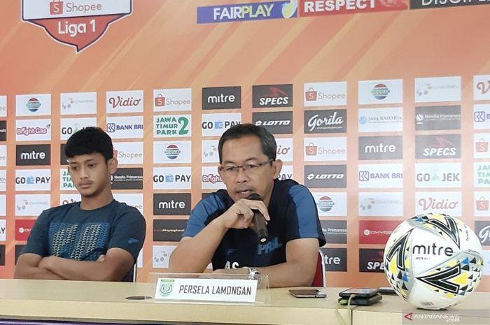 Pelatih Persela Lamongan, Aji Santoso (kanan), dan pemain Persela, Ahmad Baasith, memberikan keterangan kepada media sebelum laga kontra Bhayangkara FC dalam lanjutan Liga 1 2019 di Stadion Patriot Candrabhaga, Bekasi, pada 25 Juni 2019.