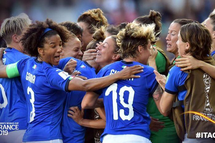 Para pemain timnas putri Italia merayakan kemenangan kontra China pada laga babak 16 besar Piala Dunia Wanita 2019.