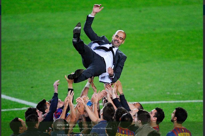 Pep Guardiola diangkat ke udara oleh para pemain Barcelona usai mempersembahkan gelar bagi klub tersebut.