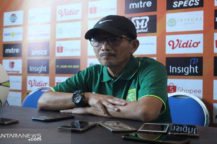 Pelatih Persebaya Surabaya, Djadjang Nurdjaman alias Djanur, memberikan keterangan saat konferensi pers sebelum pertandingan melawan Madura United pada leh kedua perempat final Piala Indonesia 2018.