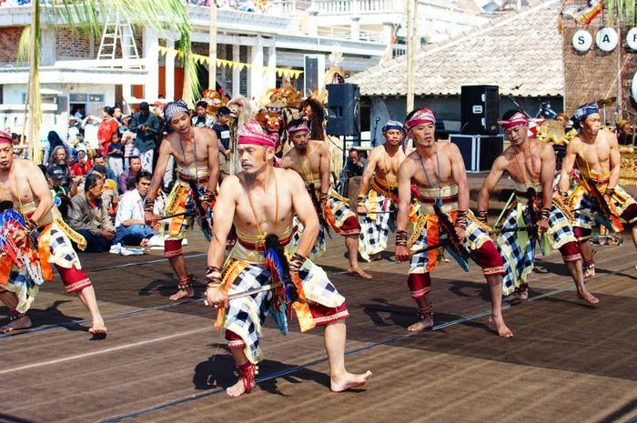 Penampilan Tari Jathilan oleh anggota Karang Taruna Dusun Lamuk Gunung pada acara pembukaan Sarasehan Budaya Jaran Kepang.