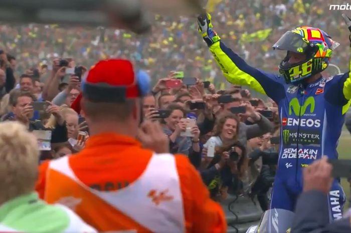 Pembalap Yamaha, Valentino Rossi, merayakan kemenangan di Sirkuit Assen pada MotoGP Belanda 2017.