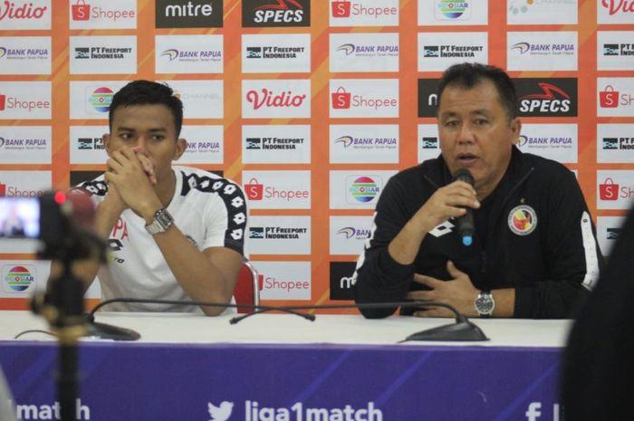Pelatih Semen Padang, Syafrianto Rusli, dan pemainnya, Teja Paku Alam, memberikan keterangan saat konferensi pers setelah pertandingan melawan Persipura Jayapura pada pekan keenam Liga 1 2019.