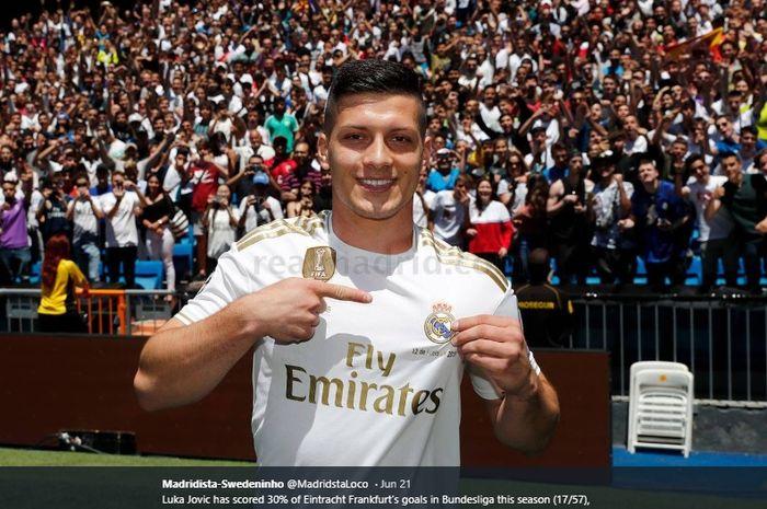 Penyerang baru Real Madrid, Luka Jovic, saat diperkenalkan kepada publik di Stadion Santiago Bernabeu
