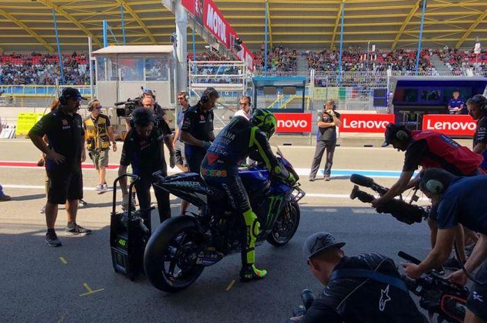 Pembalap Monster Energy Yamaha, Valentino Rossi bersiap turun pada sesi latihan bebas MotoGP Belanda 2019, Jumat (28/6/2019)