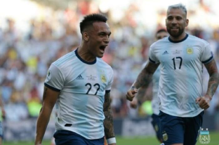 Penyerang Argentina, Lautaro Martinez (kiri), merayakan gol yang dicetak ke gawang timnas Venezuela dalam laga perempat final Copa America di Stadion Jornalista Mario Filho, 28 Juni 2019.