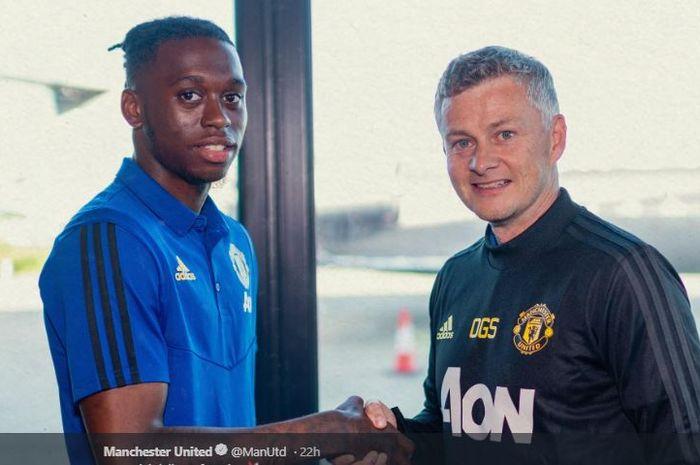 Bek anyar Manchester United, Aaron Wan-Bissaka, bersalaman dengan pelatih Ole Gunnar Solskjaer.
