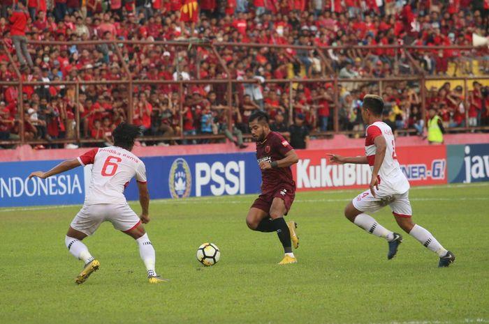 Penyerang PSM Makassar, Zulham Zamrun di antara dua pilar Madura United, Andik Rendika Rama dan Asep Berlian pada semifinal pertama Piala Indonesia 2018 di Stadion Andi Mattalatta, Kota Makassar, 30 Juni 2019