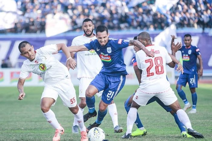 Penyerang PSIS Semarang, Silvio Escobar diapit dua pemain Barito Putera pada laga pekan keenam Liga 1 2019 di Stadion Moch Soebroto, Kota Magelang pada 30 Juni 2019.